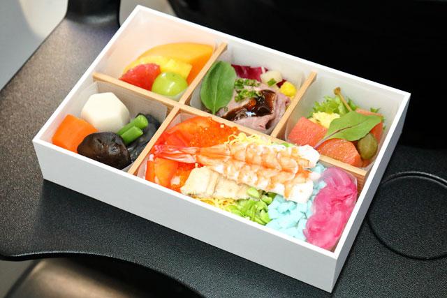 JAL LGBT ALLYチャーターの機内で提供された機内食 =19年8月31日 PHOTO: Masahiro SATO/Aviation Wire