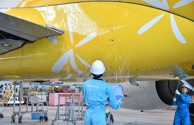 最終便に投入するA320を掃除するバニラエアの社員=19年10月25日 PHOTO: Yusuke KOHASE/Aviation Wire