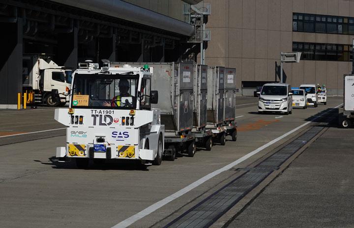 JAL、自動運転トーイングトラクター導入 国内初、成田空港で