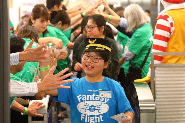 成田空港で開かれたユナイテッド航空のファンタジーフライトに搭乗する女の子 =19年12月11日 PHOTO: Masahiro SATO/Aviation Wire