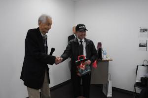着陸後の祝賀行事には植野さん(右)が日本飛行連盟で訓練を始めた時の恩師でもある高橋さんも駆けつけた=19年12月15日 PHOTO: Yoshimasa YAMADA/Aviation Wire