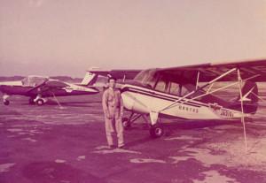 訓練を始めた直後の植野さん。乗機は米国パイパー社製の尾輪式単発機だった= 神奈川県の藤沢飛行場で(植野さん提供)