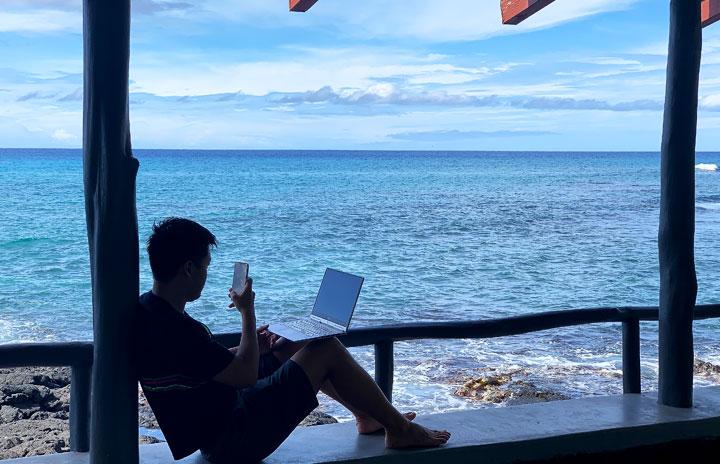 ワーケーションで仕事効率2割アップ・ストレス軽減 NTTデータ経営研とJTB、JALが沖縄で実験