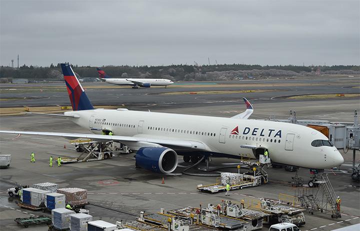 デルタ航空、中央席ブロック9月まで クラスごとに乗客数制限