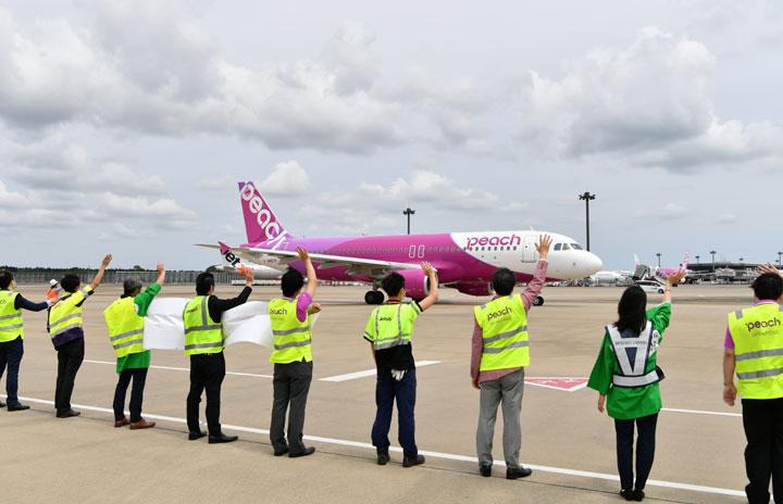 成田空港、LCC合同で見送り ピーチとジェットスター、春秋ら「がんばろうT3プロジェクト」