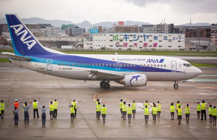 四半世紀で500人以上が操縦桿握る 写真特集・ANA 737-500スーパードルフィン退役(福岡編)