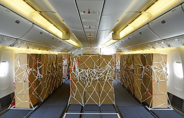 エミレーツ航空、777-300ER客室を貨物室に 10機対象、エコノミー座席撤去