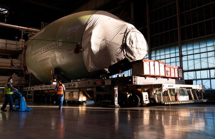 A380最終号機の機首がトゥールーズ到着 2021年生産完了、エミレーツ向け