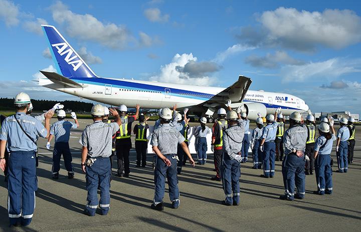 ANAとJAL、成田で初合同見送り 横断幕で出発客に感謝