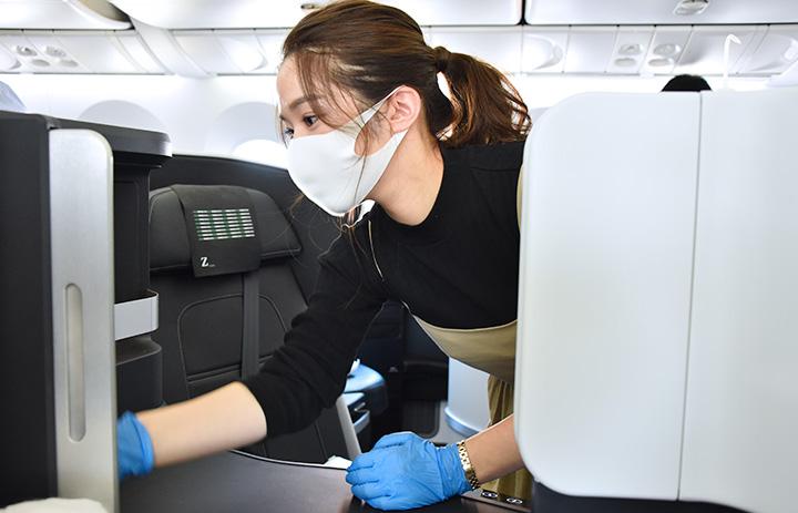 ZIPAIR、CA訓練生ら機内清掃 間もなく旅客便、西田社長も参加