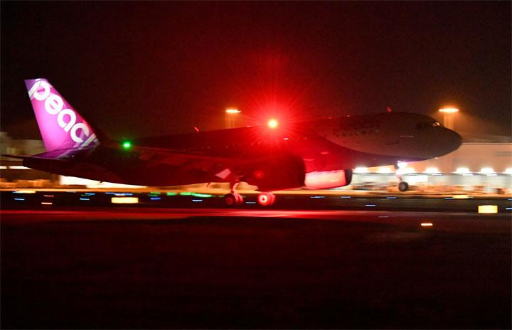 ピーチのA320neo初号機、関空に到着 10月就航へ