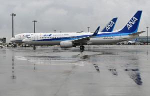 羽田空港を出発するANAウイングス創立10周年デカールを貼り付けた737-800による能登行きNH747便=20年10月1日 PHOTO: Tadayuki YOSHIKAWA/Aviation Wire