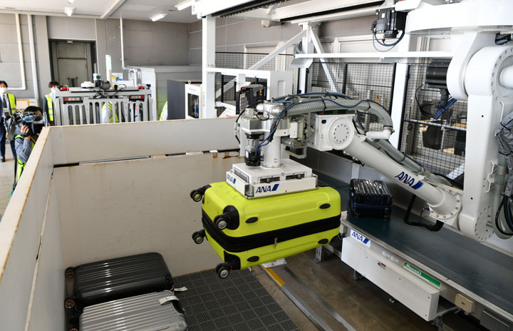 ANA、ロボットが自動で手荷物搭載 国内初、佐賀空港で自動運転車両と連携