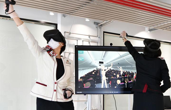 JAL、VRでCA訓練 最大4人参加、満席も再現