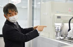 ロボットを使用したPCR検査システムをデモ披露する川崎重工の辻室長=20年10月22日 PHOTO: Yusuke KOHASE/Aviation Wire