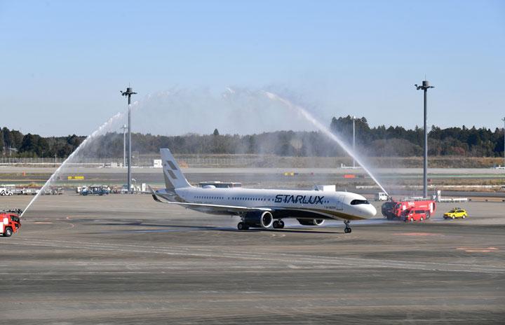 台湾スターラックス航空、放水アーチくぐり成田就航 会長自ら操縦