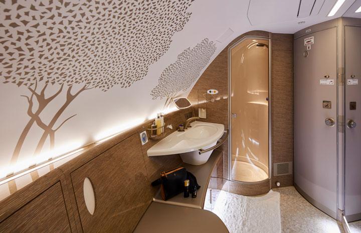 エミレーツ航空、A380新仕様はプレエコ付484席 シャワー室も新デザイン