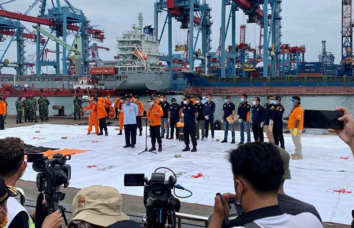 インドネシア当局、SJ182便の墜落認定 遺体も収容