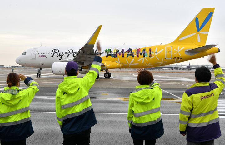 ピーチ、黄色いバニラエア塗装機就航 初便は関空から奄美へ