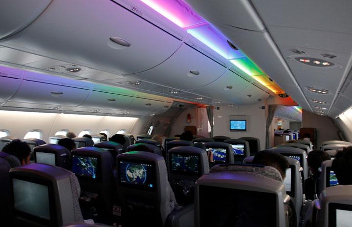 ANA、関空初のA380遊覧飛行 機内照明はハワイの虹イメージ